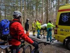Hulpverleners sjouwen gewonde fietser 20 minuten door Apeldoorns bos