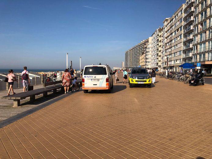 Een politiecombi en de strandreddersjeep op de zeedijk, op zoek naar een vermist kind van vijf.