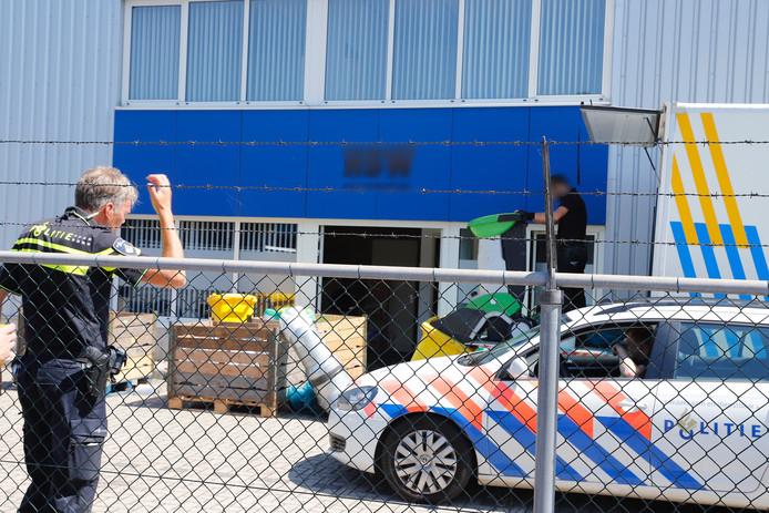 De politie ontmantelt de wietkwekerij aan De Groote Heeze in Heijen.