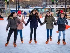 IJsbaan open in Willemstad: basisscholieren op hockeyschaatsen