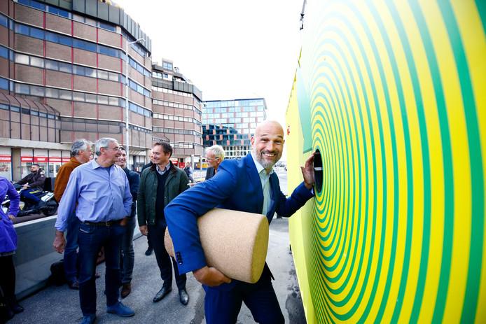 D66-wethouder Victor Everhardt opende een jaar geleden een grote kijkdoos, met daarin een maquette van de inrichting van het Smakkelaarsveld.