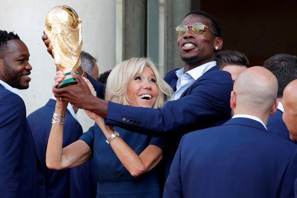 Brigitte Macron, de vrouw van de Franse president, met Pogba.