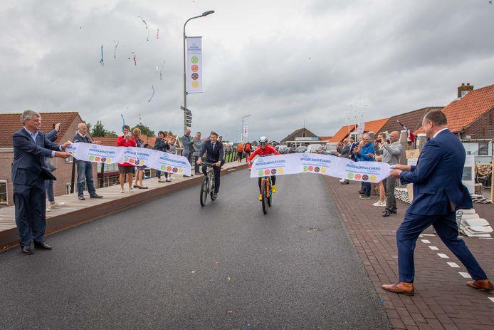 Gedeputeerde Jo-Annes de Bat en mountainbiker Milan Vader openen onder toeziend oog van mosselvoorman Addie Risseeuws (links) en wethouder Kees Verburg (rechts) de Mosselboulevard in Yerseke.