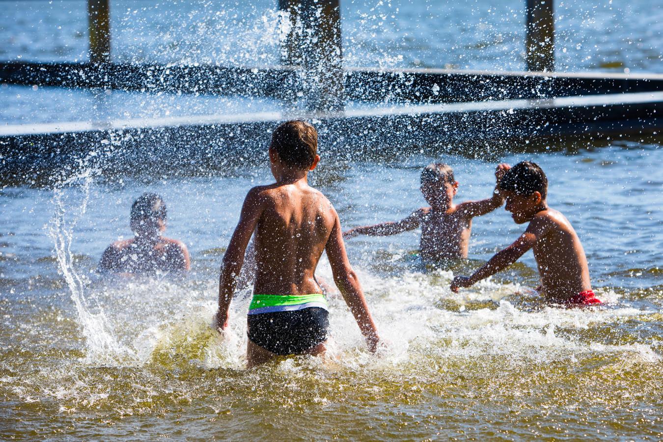 Zwemmen en waterpret in het Noord Aa - ZOETERMEER 5 AUGUSTUS 2020 - FOTO NICO SCHOUTEN