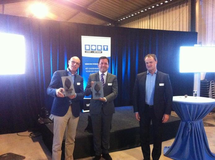 Jan Gevers (links) en Erik de Ridder tonen hun prijs. Rechts BORT-voorzitter Marc Heuvelmans.