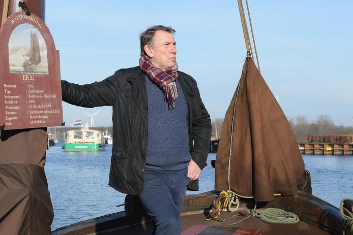 Jaan de Graaf op de 125 jaar oude botter in de haven van Spakenburg.