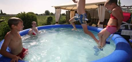 Barnevelders krijgen soms minder water uit de kraan; Oproep Vitens tegen 'slurpende' tuinbaden