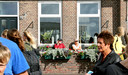 Cor en Catrien de Jong aanschouwen vanuit het tuintje voor hun huis de drukte in de haven van Oost-Vlieland.
