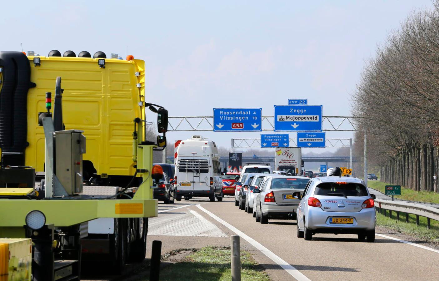 File op de A58 richting Roosendaal door afsluiting voor verplaatsing Philips schoorsteen Foto Marcel van Dorst