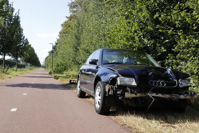 De zwaar beschadigde auto na het ongeluk in Stevensbeek.