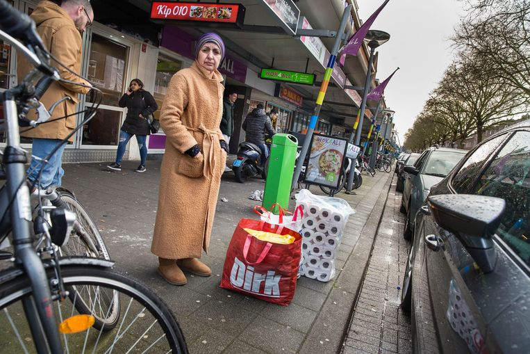 Bij de basismarkt op de Groene Hilledijk in Rotterdam kunnen ze de drukte niet meer aan. Beeld null
