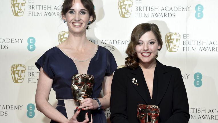 Nina Gantz (rechts) poseert na het winnen de Bafta voor haar korte animatiefilm. Beeld reuters