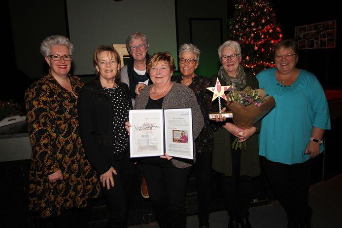 Wethouder Mariënne van Dongen (l) met enkele leden van het team van Vrijwilligerswerk Veldhoven.