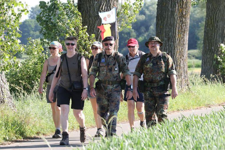 Een traditioneel beeld op de 100 km van Ieper: militairen en burgers samen aan het wandelen.
