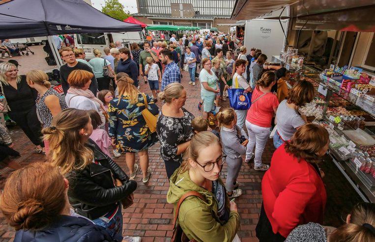 De eerste woensdagmarkt op het Kerkplein was een schot in de roos.