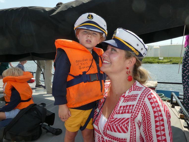 Influencer Pauline Bisschop van Tuinen en haar zoon Reinier, die alles onder controle heeft. Beeld Schuim