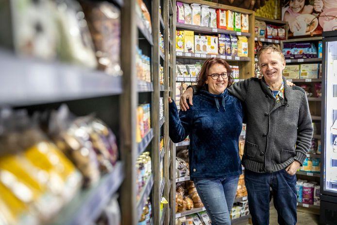 Budel-Schoot ED2020-3036 *Monique Hendriks-Govers (eigenaresse) en *Roland Wick* (De helpende hand) voor hun nieuwe Bio-Vegan winkel in Budel-Schoot.
