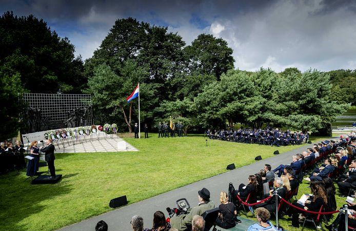 Dit is een foto van de herdenking van vorig jaar. Alle slachtoffers van de Japanse bezetting van Nederlands-Indie worden jaarlijks bij het Indisch Monument in Den Haag herdacht.