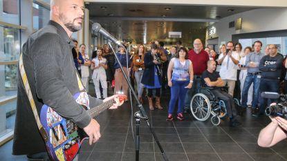 Flip Kowlier speelt op ziekenhuisgitaar-voor-goed-doel