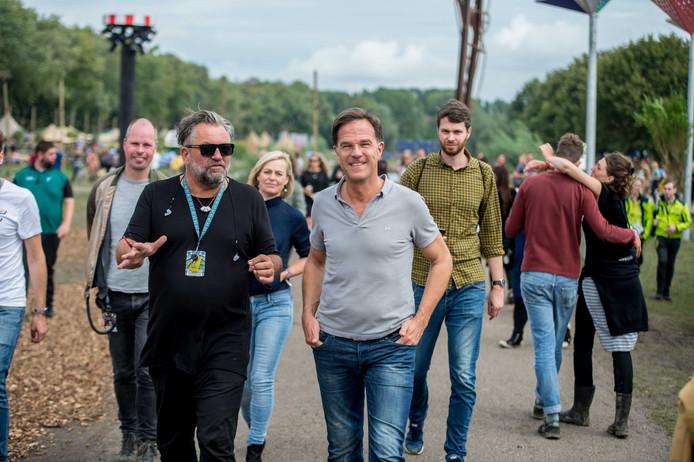 Premier Mark Rutte met festivaldirecteur Eric van Eerdenburg tussen de festivalgangers op Lowlands.