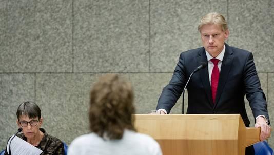 Staatssecretaris Jetta Klijnsma (L) van Sociale Zaken en Staatssecretaris Martin van Rijn van VWS tijdens het debat in de Tweede Kamer