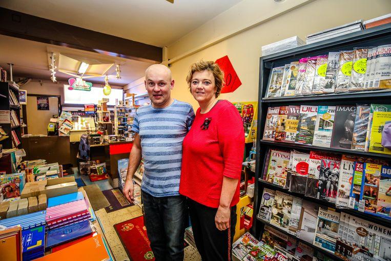 Hendrik Versyck en z'n vrouw stoppen na 30 jaar met hun krantenwinkel.