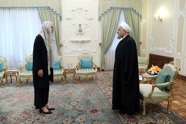 Onder het motto 'When in Rome, do as the Romans do' droeg minister Sigrid Kaag een hoofddoek tijdens haar staatsbezoek aan Iran. Beeld null