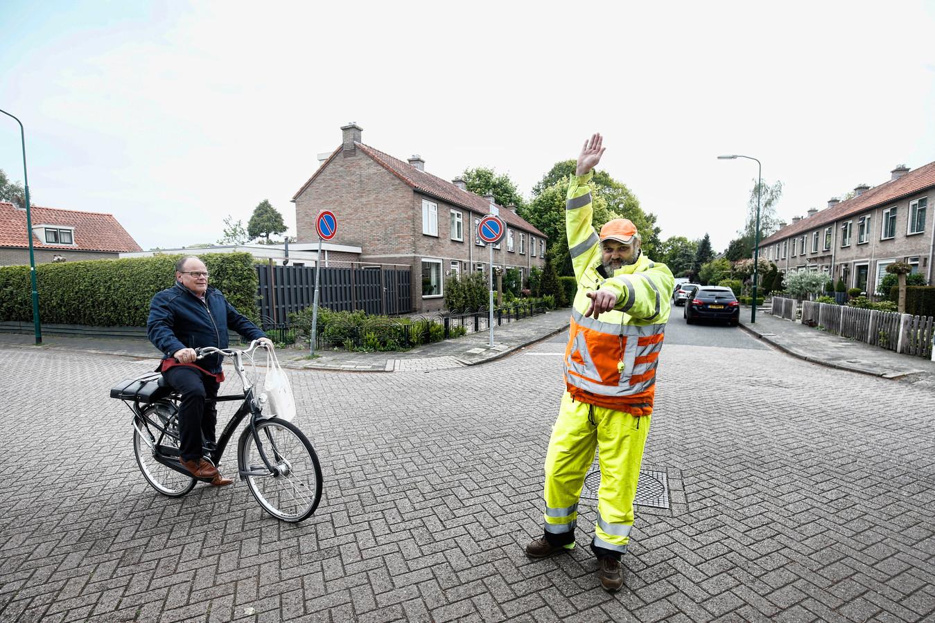 Verkeersregeaar Marcel van Tongeren op het gevaarlijke kruispunt in Maartensdijk op de hoek Prins Bernhardlaan en Prinses Marijkelaan.