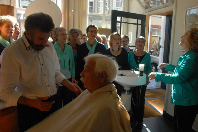 Du moment suprême van de vorige editie van het Barbershop Ontmoetingsfestival: kapper Laurens van Bebber wordt toegezongen door de Duketown Ladies. Het Bossche vrouwenkoor is ook dit keer weer van de partij