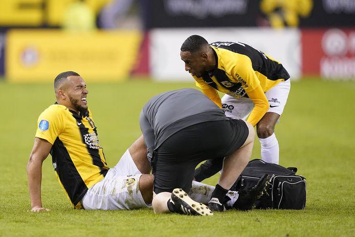 Jay-Roy Grot trekt een grimas van de pijn na zijn goal tegen FC Twente. Joshua Brenet is bezorgd, fysiotherapeut Jos Kortekaas onderzoekt de knie.