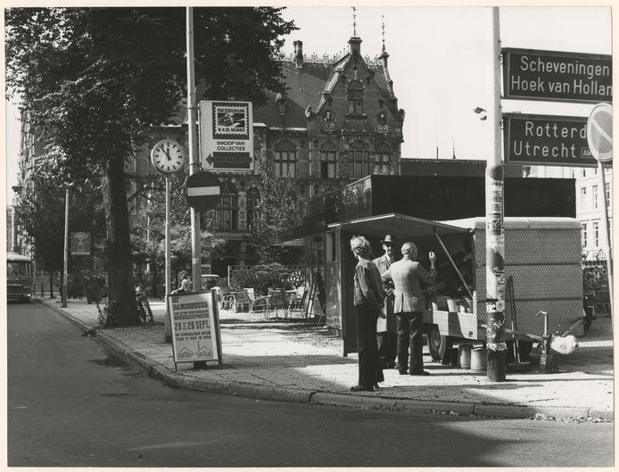 Gerrit (rechts op de foto), de bekende bloemenman van het Plein, voor het laatst in 1974.