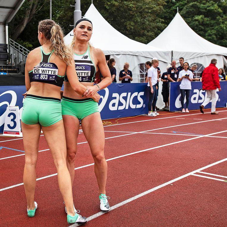 Lisanne de Witte heeft de 400 mtr gewonnen en groet haar zus Laura. Beeld Guus Dubbelman / de Volkskrant