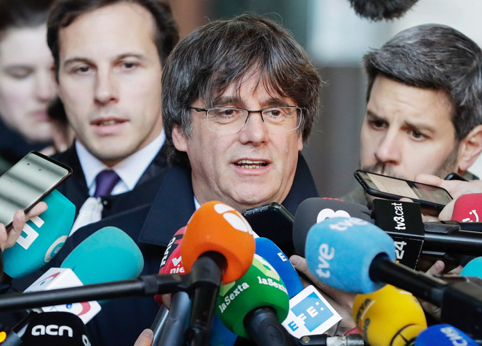 epaselect epa07957569 Lawyer Paul Bekaert (L) and former Catalan leader Carles Puigdemont (C) speak to the press after a hearing at the justice court in Brussels, Belgium, 29 October 2019.  EPA/STEPHANIE LECOCQ