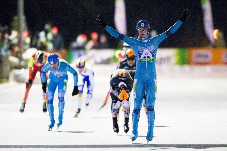 Simon Schouten viert zijn overwinning Beeld ANP