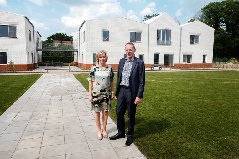 Directrice van het ZOG  Ingrid Dreessen en algemeen-directeur Jos Aben voor het nieuwe woon- en zorgcentrum Mandana.