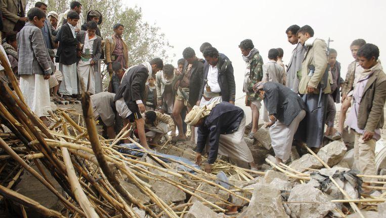 Bewoners bekijken de resten van hun verwoeste huizen in Sanaa. Beeld ap