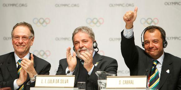 Toenmalig gouverneur van Rio de Janeiro Sergio Cabral (rechts) viert de uitverkiezing van Rio als olympische stad op de IOC-sessie van 2 oktober 2009 in Kopenhagen. In het midden de toenmalig Braziliaanse president Lula, links Arthur Nuzman, destijds voorzitter van het Braziliaanse olympisch comité en voorzitter van het lokale organisatiecomité van de Spelen van Rio 2016.