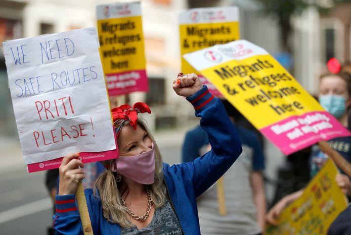 Demonstranten protesteren in Londen voor veiligere routes en betere opvang van migranten.