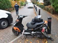 Scooterrijder gaat onderuit en glijdt tegen taxibusje