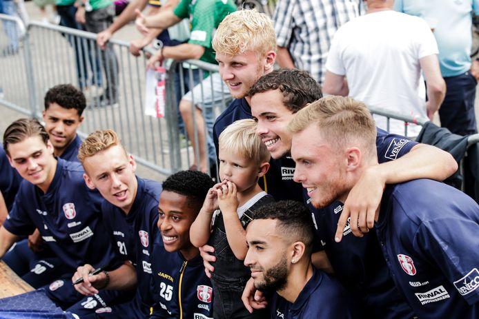 Fans op de foto met hun favorieten op de open dag van FC Dordrecht.