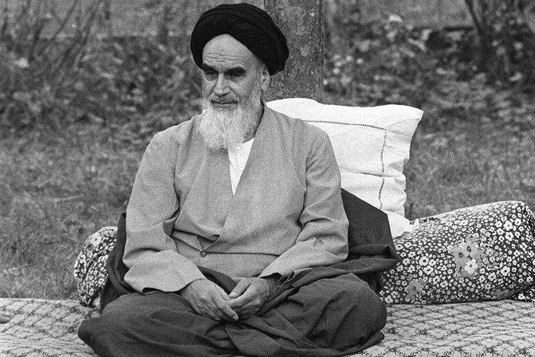 De voormalige leider van Iran, Ayatollah Ruhollah Khomeini, in zijn tuin in Neauphle-Le Chateau bij Parijs, een paar maanden voor zijn terugkeer naar Iran tijdens de Islamitische Revolutie (archieffoto uit 10 oktober 1978) (EPA) Beeld