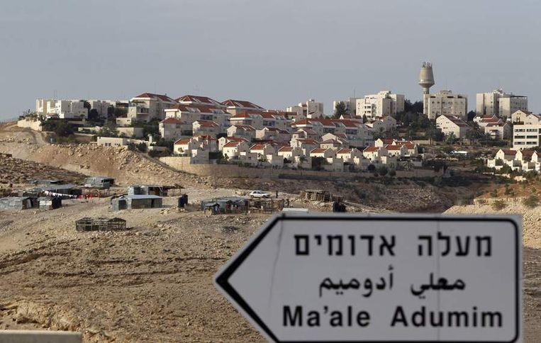 De Joodse nederzetting Maale Adumim. Op de voorgrond een bedoeïnenkamp. Beeld Reuters