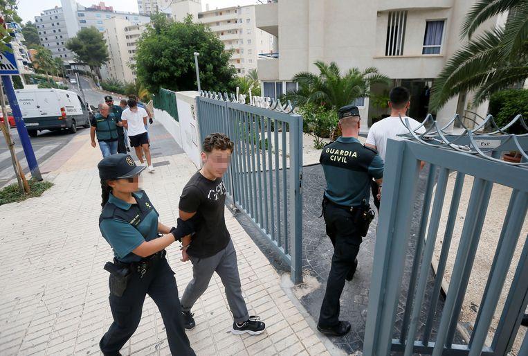 De vijf tieners worden door de politie teruggebracht naar het vakantieverblijf waar de verkrachting zou zijn gebeurd.