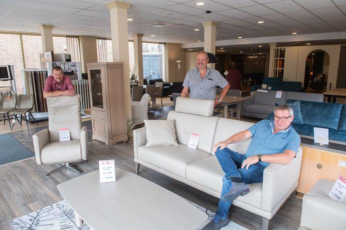 Vlnr Marcel, Henk en Pierre Huijbregts. Zij stoppen met meubelzaak in Made.