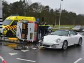 Busje belandt op zijn kant na botsing met Porsche in Tilburg