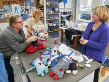 Vrijwilligers  in Uden maken 'hartenvriendjes' voor mensen met een verstandelijke beperking
