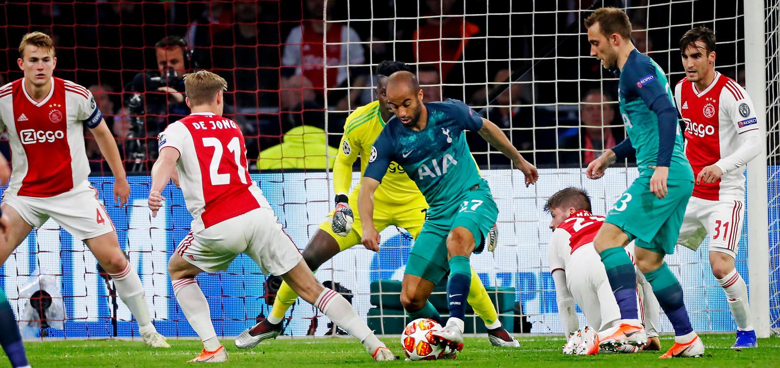 Lucas Moura op weg naar de 2-2 tegen Ajax.