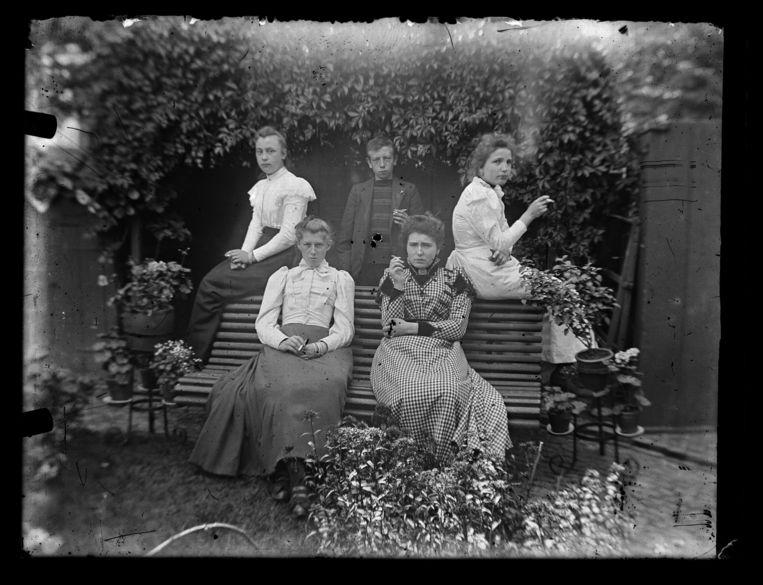 Familieportret uit Enschede (1905). Echtgenote en zus de van fotograaf, met een onbekende dame en heer en schoonzus. Beeld Hollandse Hoogte / Nederlands Fotomuseum