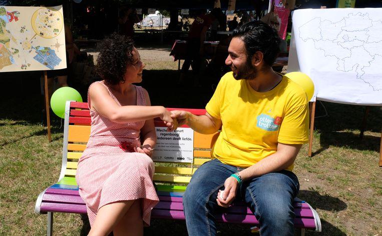 Gabriella De Francesco gaat op de regenboogbank in gesprek met Ali