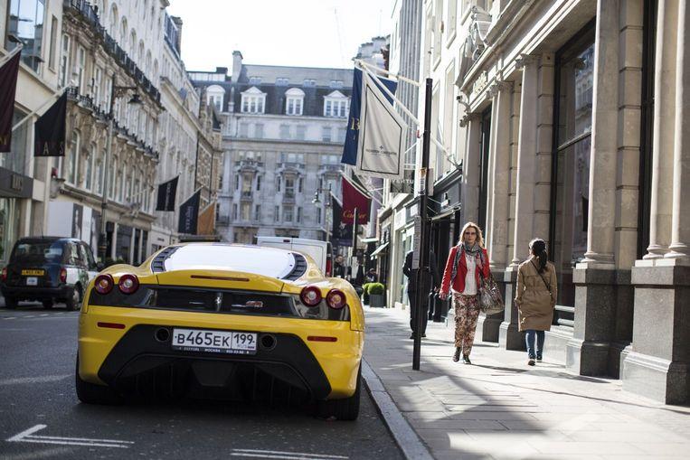 Een Ferrari met Russisch kenteken staat geparkeerd in de duurste straat van Europa, Old Bond Street in Londen.  Beeld Getty Images